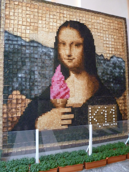 Mona Lisa with an ice cream